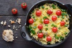 Selbst gemachtes gebackenes Hackfleisch mit Käse- und Kirschtomaten Stockbild