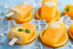 Selbst gemachtes gefrorenes Eiscremeeis am stiel gemacht mit oragnic frischen Orangen Stockbild