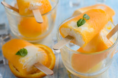 Selbst gemachtes gefrorenes Eiscremeeis am stiel gemacht mit oragnic frischen Orangen Lizenzfreies Stockbild