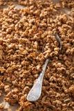 Selbst gemachtes gesundes Granola auf Schutzträgerpapierhintergrund Lizenzfreie Stockfotos