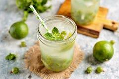 Selbst gemachtes gesundes nicht alkoholisches Cocktail Mojito von der grünen Stachelbeere, vom Kalk und von der Minze Lizenzfreies Stockfoto