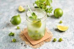 Selbst gemachtes gesundes nicht alkoholisches Cocktail Mojito von der grünen Stachelbeere, vom Kalk und von der Minze Stockfotografie