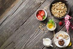 Selbst gemachtes Granola mit Acajoubaum und frischen Erdbeeren zum ein gesundes selbst gemachtes Frühstück in einem Backblech auf Lizenzfreie Stockfotos