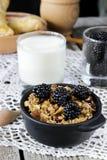 Selbst gemachtes Granola mit Jogurt und Brombeere, gesundes Frühstück Lizenzfreies Stockfoto