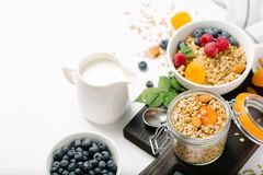 Selbst gemachtes Granola mit Trockenfrüchten und Beeren auf weißem Hintergrund lizenzfreie stockbilder