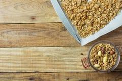 Selbst gemachtes Granola Muesli mit Hafer-Haselnuss-Mandel-Walnuss-Mischung auf dem Backen von Trey Lined mit Papier und im Glasg lizenzfreie stockfotos