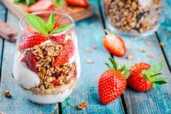 Selbst gemachtes Granolaparfait mit Erdbeere und Minze Lizenzfreie Stockfotos