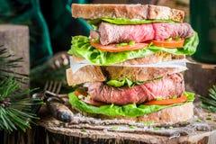 Selbst gemachtes großes Sandwich mit Rindfleisch Stockbilder