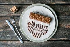 Selbst gemachtes Haselnuss maule mit Tischbesteck auf einem farbigen hölzernen Hintergrund stockfoto