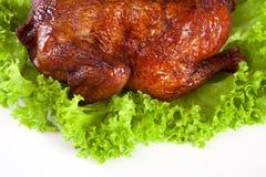 Selbst gemachtes heißes geräuchertes vollständiges Huhn auf Blatt Stockbilder