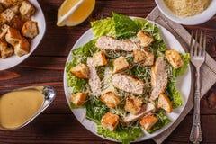 Selbst gemachtes Huhn Caesar Salad mit Käse und Croutons Stockfotografie