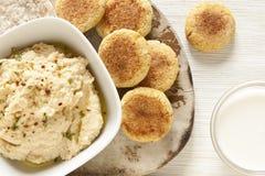 Selbst gemachtes Hummus und Falafel Stockfoto