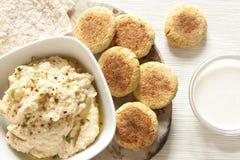 Selbst gemachtes Hummus und Falafel Stockfotografie