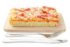 Selbst gemachtes köstliches frisches eine Scheibe der Pizza auf hölzerner Platte stockfotografie