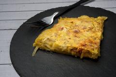 Selbst gemachtes Kartoffelomelett mit Chorizo †‹â€ ‹- spanischer traditioneller Teller Stockfotografie