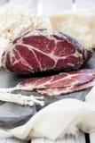 Selbst gemachtes kuriertes Fleisch Capocollo Getrocknetes kuriertes Schweinefleisch Coppa schnitt auf Stücken Gealtertes Schweine Stockbilder