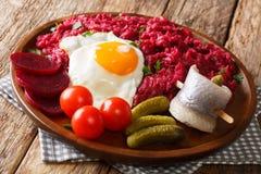 Selbst gemachtes Labskaus der Kartoffel, des Corned-Beefs und der roten Rübe diente mit f lizenzfreie stockfotos