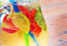 Selbst gemachtes Limonadencocktail tadellose Erdbeere des Kalkes Lizenzfreie Stockfotografie