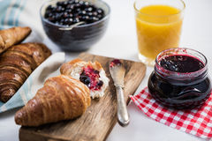 Selbst gemachtes marmelade zum gesundes Frühstück stockbilder