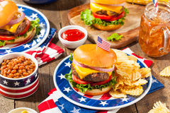 Selbst gemachtes Memorial Day -Hamburger-Picknick lizenzfreies stockbild