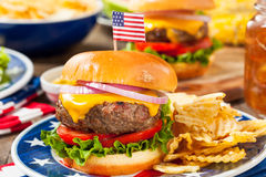 Selbst gemachtes Memorial Day -Hamburger-Picknick Lizenzfreie Stockfotografie