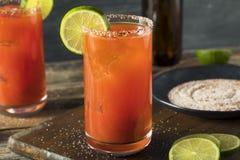 Selbst gemachtes Michelada mit Bier und Tomatensaft Stockfoto