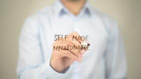 Selbst gemachtes Millionare, Mann-Schreiben auf transparentem Schirm Stockfoto