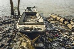 Selbst gemachtes Motorboot eines birmanischen Fischers gebunden auf dem Ufer 2 Lizenzfreie Stockfotos