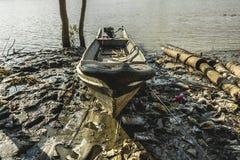 Selbst gemachtes Motorboot eines birmanischen Fischers gebunden auf dem Ufer 1 Lizenzfreie Stockfotos