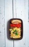 Selbst gemachtes Moussaka diente mit Brot und Chutney (osteuropäische Küche) Stockfoto