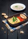 Selbst gemachtes Moussaka diente mit Brot und Chutney (osteuropäische Küche) Stockbilder