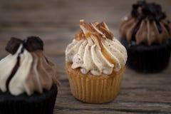 Selbst gemachtes Muffin der geschmackvollen kleinen Kuchen mit Sahne buttercream für birt lizenzfreie stockfotografie