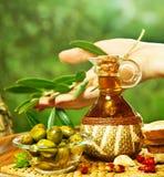 Selbst gemachtes Olivenöl stockfotos