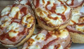 Selbst gemachtes Pizzasandwich der schnellen und köstlichen Mahlzeit stockbilder