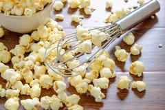 Selbst gemachtes Popcornkochen stockbilder