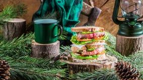Selbst gemachtes Rindfleischsandwich und -kaffee für Frühstücksholzfäller Stockbild