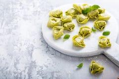 Selbst gemachtes rohes italienisches tortelloni Lizenzfreie Stockfotos