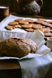 Selbst gemachtes rundes Brot und Plätzchen auf dem Backblech Stockfotos