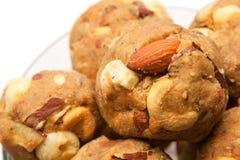 Selbst gemachtes süßes trockenes Früchte Indiens laddoo in der Glasschüssel Stockfotos