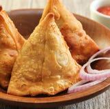 Selbst gemachtes Samosas-Inder-Lebensmittel Lizenzfreie Stockfotos