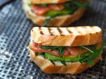 Selbst gemachtes Sandwich zwei auf einem dunklen Hintergrund Stockfoto