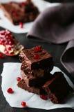 Selbst gemachtes Schokoladenfondant mit dem Granatapfel Stockbilder