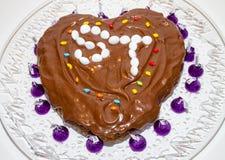 Selbst gemachtes Schokoladenkuchen-Herz geformt Stockfotos