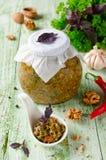 Selbst gemachtes Soße adjika mit Gemüse und Walnüssen Stockfoto