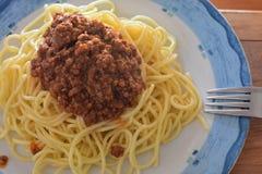 Selbst gemachtes Teigwarenspaghettis Whitrindfleischfleisch und -silber gabeln am hölzernen Hintergrund Lizenzfreies Stockfoto