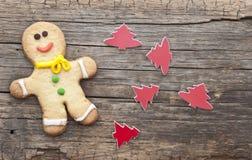 Selbst gemachtes Weihnachten gemalte Lebkuchen (Lebkuchenmann) Lizenzfreie Stockfotos