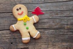 Selbst gemachtes Weihnachten gemalte Lebkuchen (Lebkuchenmann) Stockfotos
