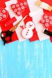 Selbst gemachtes Weihnachtsbaumhandwerk Filzschneemann, Baum, Stern und Ball diy, Threadsatz, Filzblätter, Scheren, Nadel Stockbilder