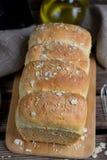 Selbst gemachtes Weizenbrot mit Hafern und Samen des indischen Sesams Lizenzfreie Stockfotos