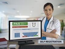 Selbstausrichtungsanwendung für Patienten auf Computermonitor wi Stockbild